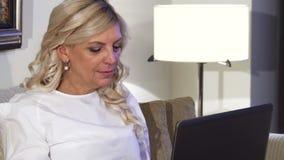 在她的膝上型计算机后运作妇女` s面孔的特写镜头 股票视频