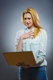 在她的膝上型计算机的内容憎恶的年轻女商人 库存照片