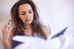 在她的读取大字书写的深色的妇女 图库摄影