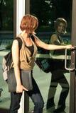 在她的途中的学员分类 免版税库存照片