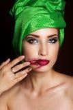 在她的面孔的时尚女孩被弄脏的唇膏 免版税库存图片