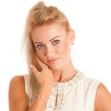 在她的面孔的美丽的少妇感人的皮肤 免版税库存图片