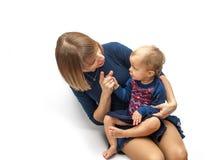 在她的婴孩的母亲摇摆的手指 免版税图库摄影