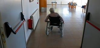 在她的daylife期间的资深使用的轮椅在一个老人院在马略卡 免版税库存图片