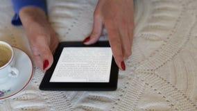 在她的e书的妇女读书 滑滑子 影视素材