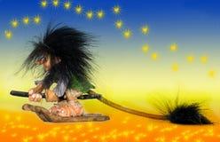 在她的eco笤帚的巫婆飞行 免版税库存图片