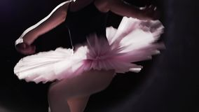 在她的pointe芭蕾舞鞋的优美的灵活的跳芭蕾舞者跳舞在黑背景在演播室 芭蕾舞女演员展示 股票视频
