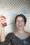 在她自己的少妇笑的和喷洒的党串 免版税图库摄影