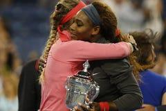 在她输掉了决赛在美国公开赛2013年后,决赛选手维多利亚・阿扎伦卡祝贺优胜者小威廉姆斯 免版税库存照片