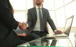 在好成交以后的成功的商人握手 库存图片