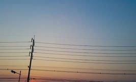 在好的天空的电杆在黄昏 免版税库存图片