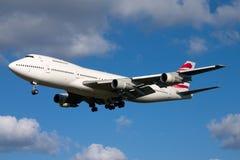 在好的天空背景的波音747飞机 免版税库存图片
