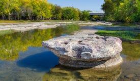 在如毛刷小河的历史的圆的岩石 免版税库存照片