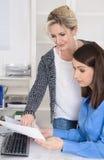 在妇女下的成功的配合:两工作在a的女实业家 免版税库存图片