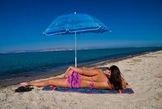 在妇女之下的伞 免版税库存照片