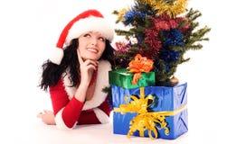 在妇女之下的圣诞树 免版税库存照片