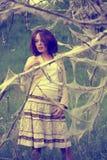 在妇女之下的奇怪的结构树 免版税库存照片