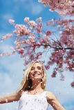 在妇女之下的樱桃微笑的结构树 免版税库存照片