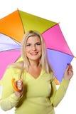 在妇女之下的秋天俏丽的常设伞 免版税库存图片