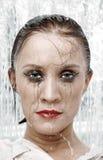 在妇女之下的纵向阵雨 库存照片