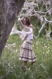 在妇女之下的鬼的结构树 图库摄影