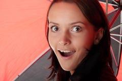 在妇女之下的黑色红色伞 免版税库存图片