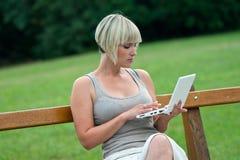在妇女之外的膝上型计算机 免版税图库摄影