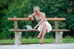在妇女之外的膝上型计算机 库存图片