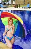 在妇女年轻人之下的有吸引力的颜色&# 库存照片