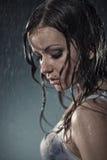 在妇女年轻人之下的雨 免版税库存图片