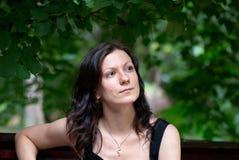 在妇女年轻人之下的portrat结构树 免版税库存照片