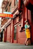 在妇女年轻人旁边的旅馆 免版税图库摄影
