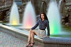 在妇女年轻人的美丽的喷泉 免版税库存照片