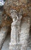 在妇女形状的石专栏在公园guell,巴塞罗那,西班牙 免版税库存图片