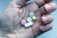 在妇女手上的五颜六色的药片 库存图片