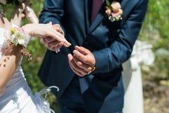 在妇女手上的婚戒 免版税库存照片