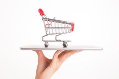 在妇女手上的购物台车 免版税库存照片