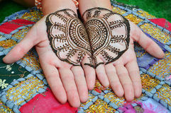在妇女手的无刺指甲花纹身花刺。 图库摄影