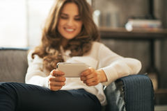在妇女文字sms的特写镜头在顶楼公寓 库存图片
