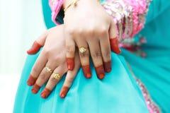 在妇女新娘的手指的金戒指 免版税库存图片