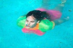 在妇女潜水下水画象  免版税库存图片