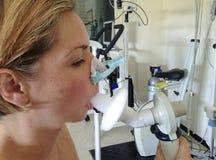 在妇女的呼吸量测定法 免版税库存图片