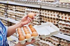 在妇女的手上包装在超级市场怂恿 库存图片