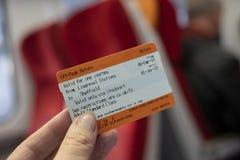 在妇女的手上有的火车票 免版税库存图片