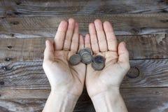 在妇女的手上的几枚欧元硬币 库存图片