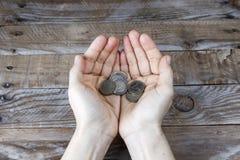 在妇女的手上的几枚欧元硬币 库存照片