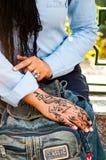 在妇女的手上的无刺指甲花艺术 免版税库存照片