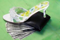 在妇女的控制下的金钱人 库存照片