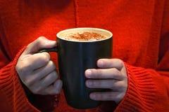 在妇女的热的咖啡杯递举行露光不足场面、食物和饮料概念-被应用的获取和噪声滤波器 免版税库存照片