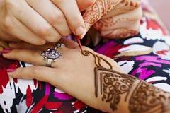在妇女的现有量的无刺指甲花艺术 免版税图库摄影